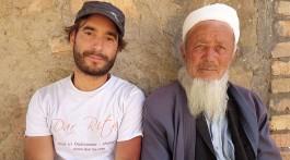 João Leitão num momento de pausa com um cidadão do Uzbequistão.