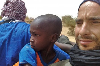 João Leitão com crianças na caixa aberta de uma van, em direcção a Timbuktu, no Mali.
