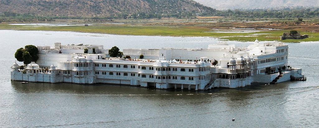 Antigo palácio da ilha Jag Mandir convertido no Taj Lake Palace, lago Pichola, Udaipur.