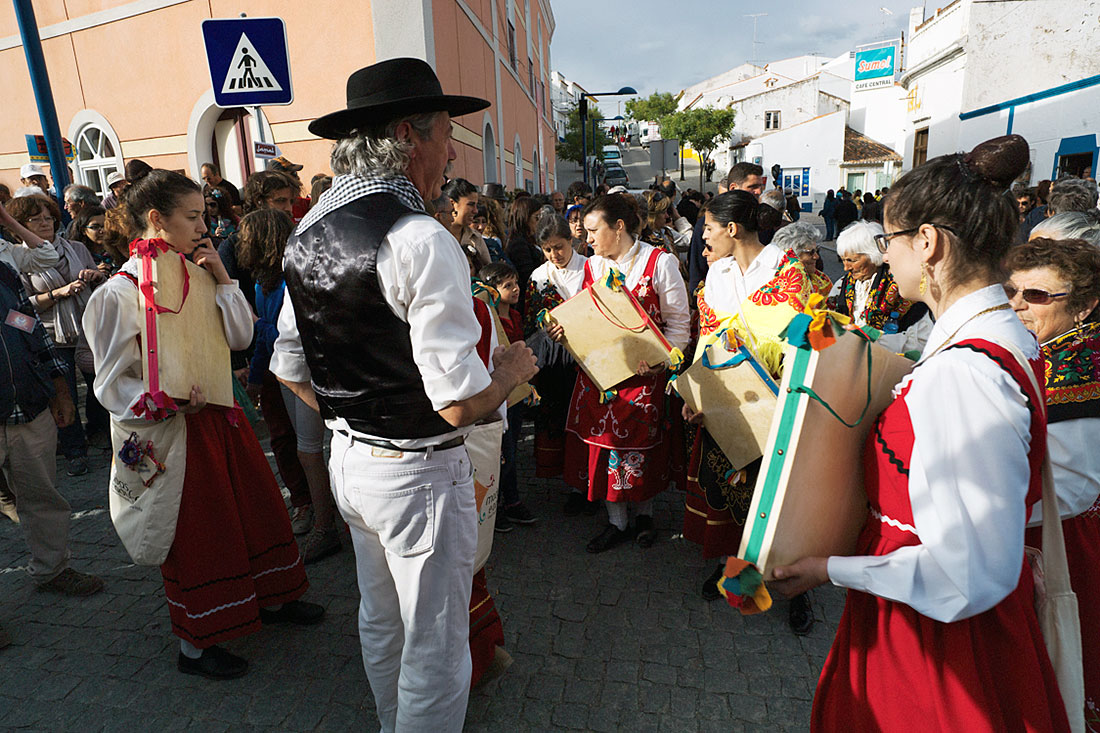 Mulheres de um grupo folclórico a tocar adufe durante o Festival Islâmico de Mértola.