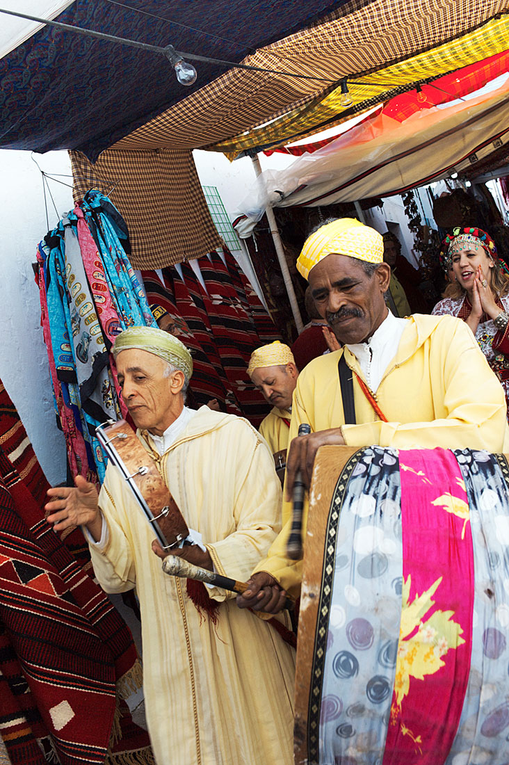 Músicos marroquinos a tocar instrumentos tradicionais durante o Festival Islâmico de Mértola.