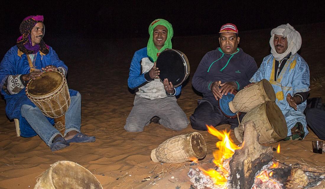 Músicos a tocar djembê num acampamento nas dunas de Erg Chebbi.