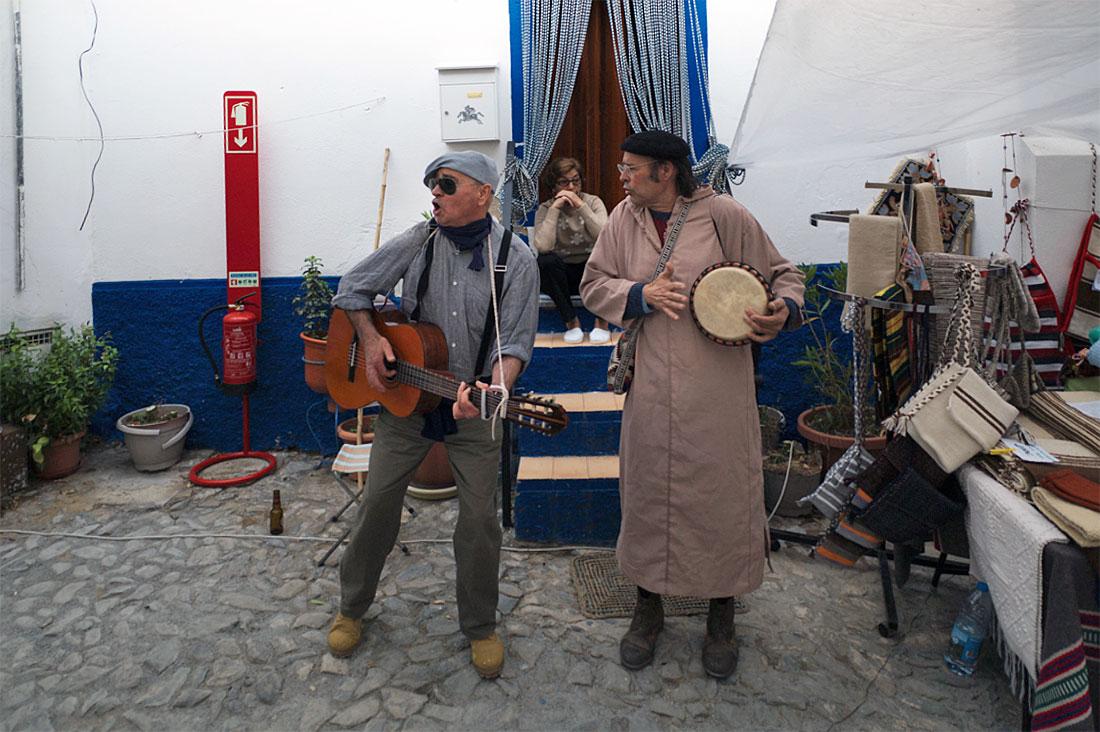 Músicos de rua com viola e djambé durante o Festival Islâmico de Mértola.