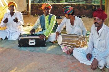 Grupo de músicos indianos a tocar instrumentos tradicionais no complexo de Shilpgram, em Udaipur.