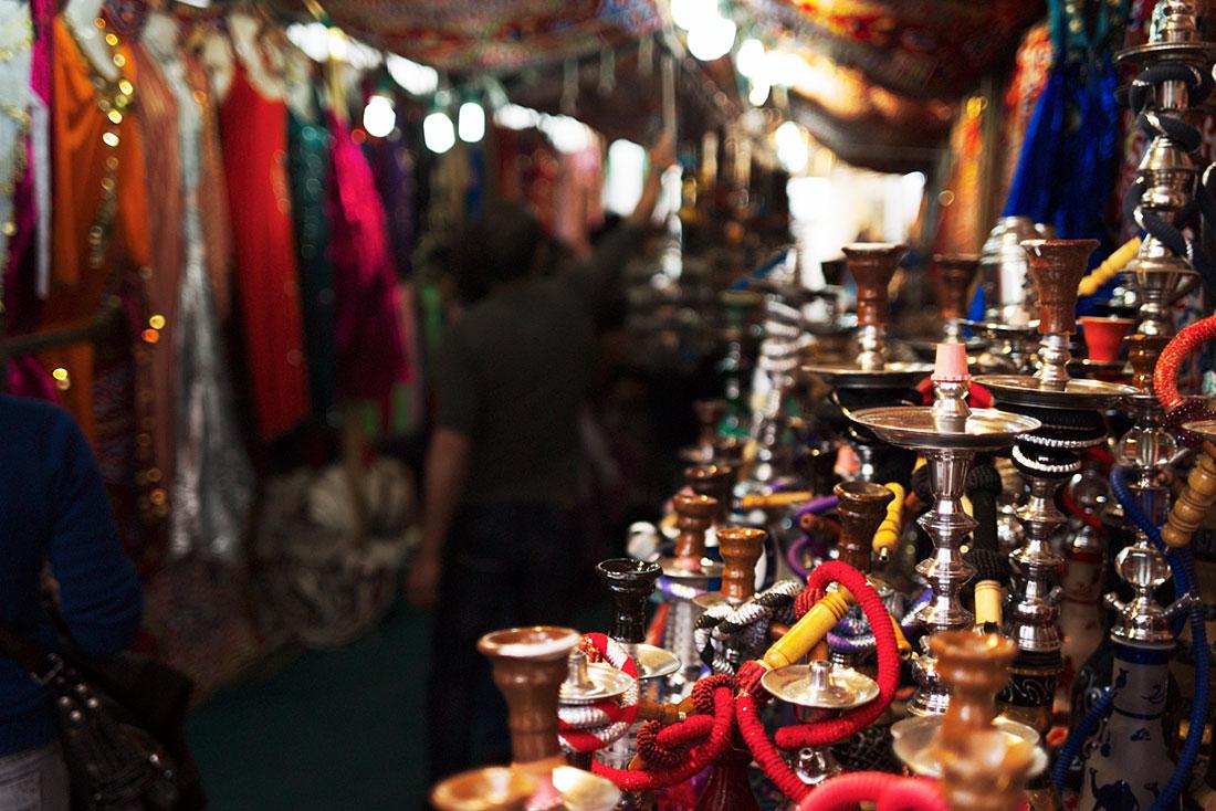 Banca cheia de cachimbos de água com vários tamanhos, cores e feitios, numa das ruas do Festival Islâmico de Mértola.