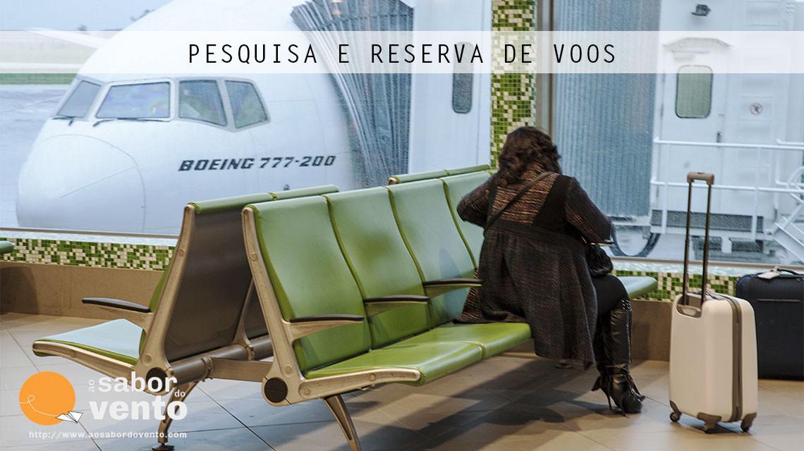Depois da pesquisa de voos, vem a sala de espera junto à porta de embarque no aeroporto.