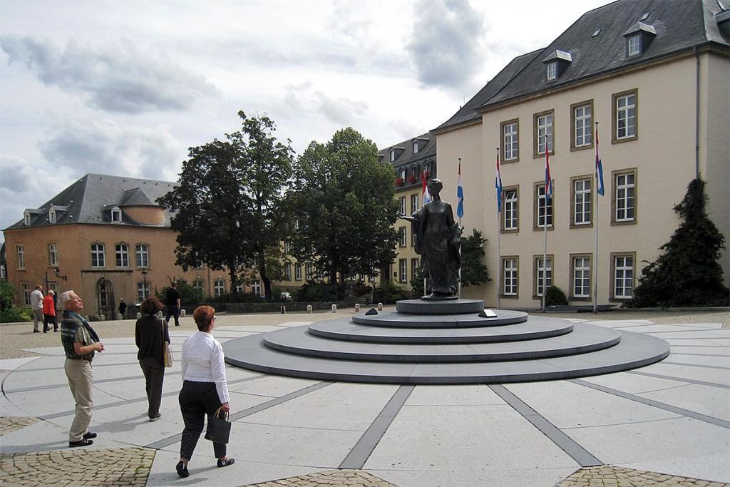 Turistas junto à estátua em memória da Duquesa Charlotte, na Praça Clairefontaine, na Cidade do Luxemburgo.