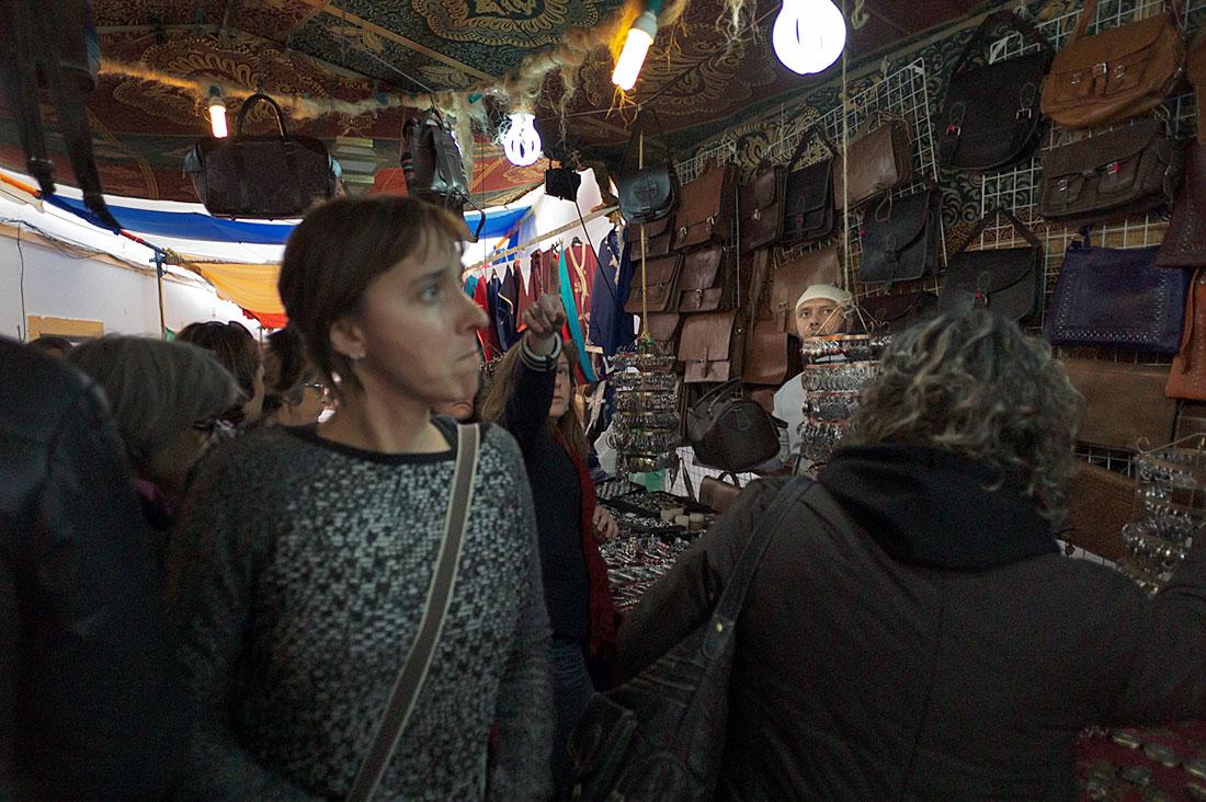 Feirantes e visitantes interagem numa das ruas do Festival Islâmico de Mértola.