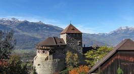 Castelo de Vaduz, conhecido como Schloss, junto ao monte Alpspitz, no Liechtenstein.