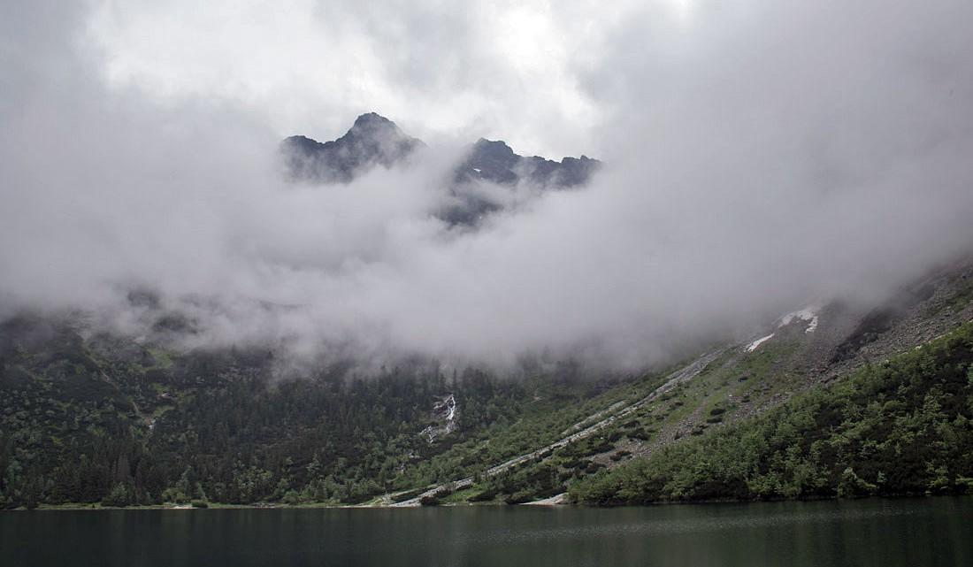 Picos de montanhas por entre nuvens junto ao lago Morskie Oko, Polónia.