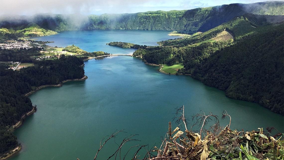 Lagoa das Sete Cidades, em São Miguel, Açores, coberta de nuvens e de alguns rasgos de sol.