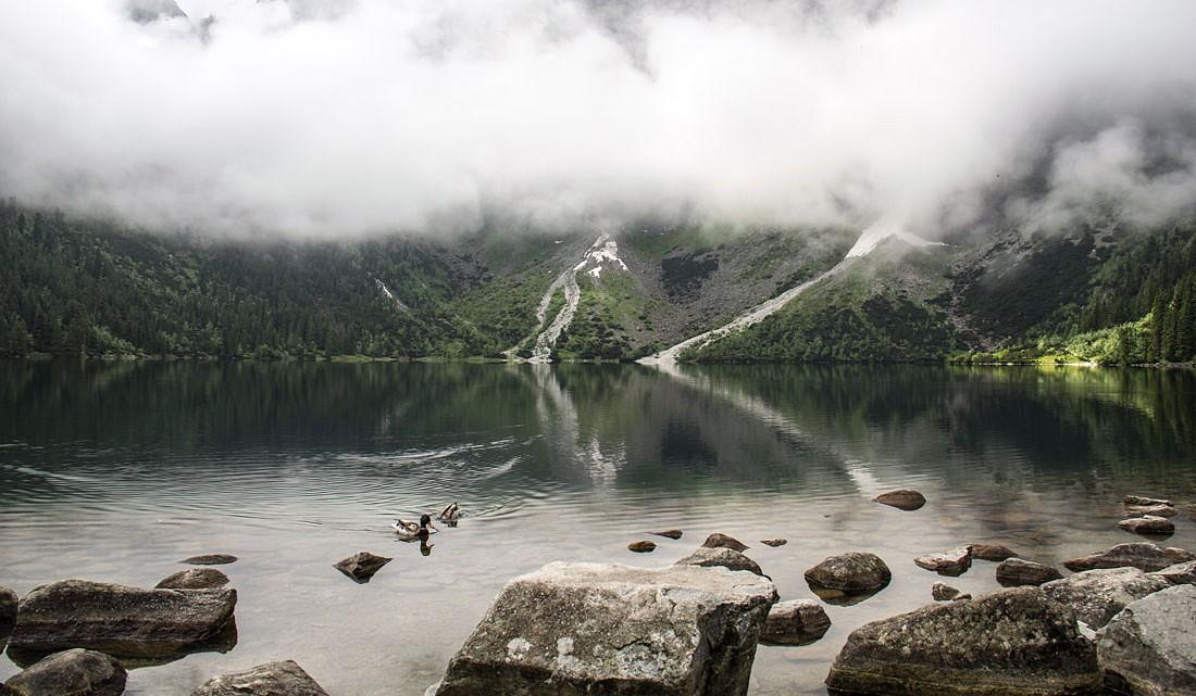 Grandes pedras junto à margem do lago Morskie Oko no Parque Nacional do Tatras.