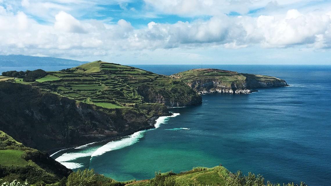 Península com campos de cultivo que rasga o mar na ilha de São Miguel, Açores.