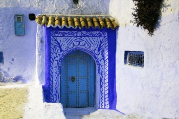 Porta decorada a azul de uma das muitas casas da medina de Chefchaouen.