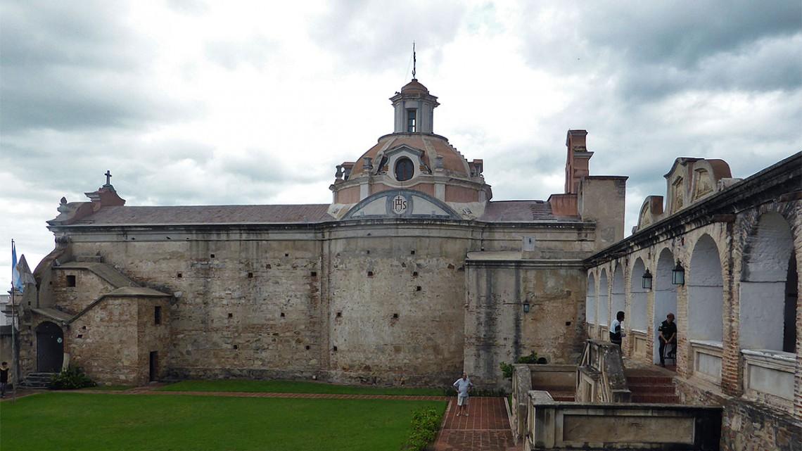 Jardim, arcadas e igreja do museu nacional Estancia Jesuítica, Alta Gracia, Argentina.