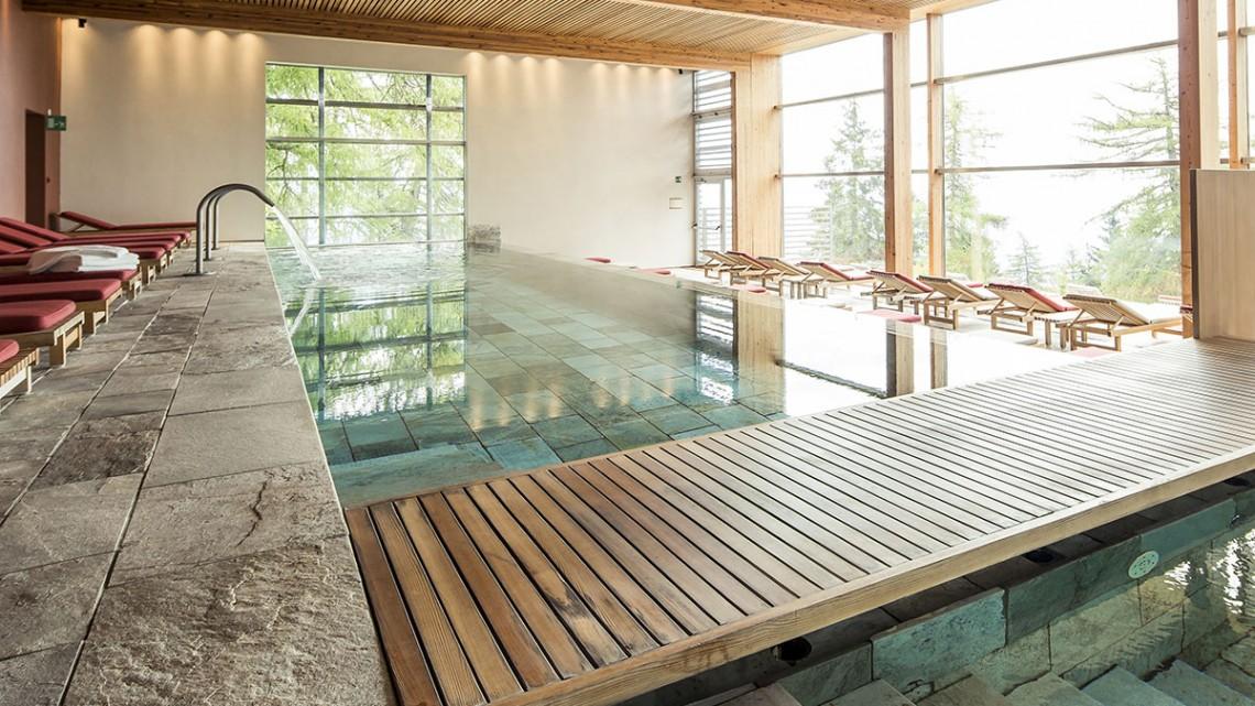 Cadeiras de descanso junto à piscina do spa do Vigilius Mountain Resort.