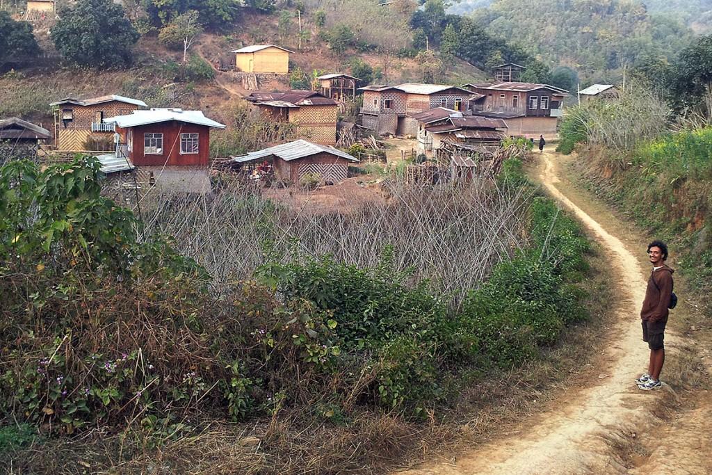 Aldeia com casas de madeira nas montanhas de shan, em Myanmar.