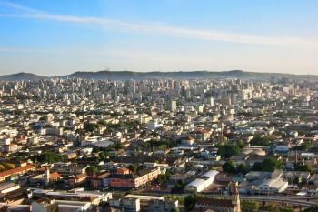 Aproximação do aeroporto de Assuncion, Paraguai, com muitas casas e prédios até à linha do horizonte.