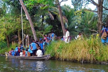 Barco para transporte de crianças das escolas de Alappuzha.