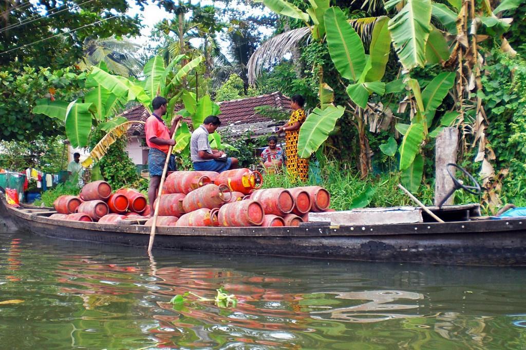 Barco com vendedor de gás em garrafa nos remansos de Alappuzha.