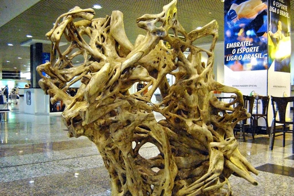 Escultura com árvore morta, do artista Hugo Franca, instalada no Aeroporto de Porto Alegre, Brasil.