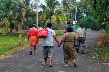 Estrada com pessoas a deslocarem-se para o ferry em Alappuzha, Índia.