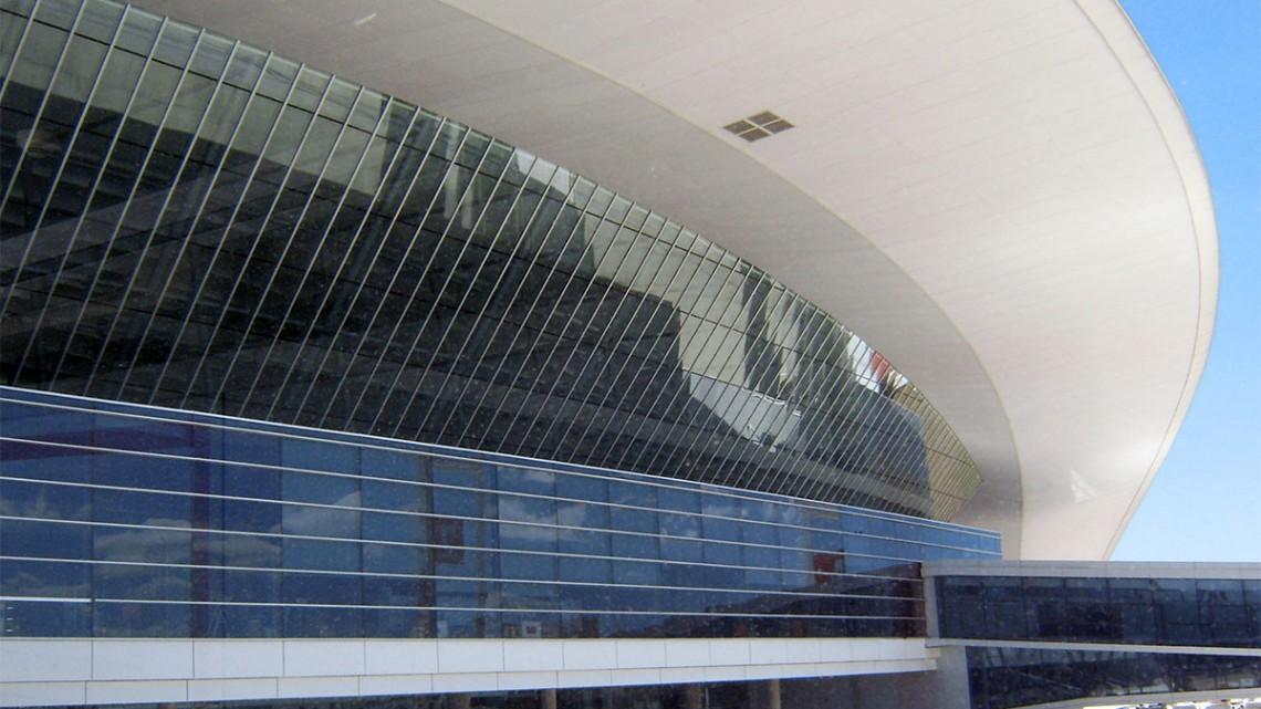Exterior do terminal futurista do aeroporto de Montevidéu, no Uruguai, um dos aeroportos com uma arquitectura arrojada.