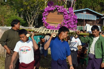 Pessoas a transportar um caixão durante o funeral numa aldeia das montanhas de Shan, em Myanmar.