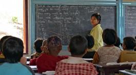 Professora e alunos na sala de aula de uma escola nas montanhas de Shan, em Myanmar.