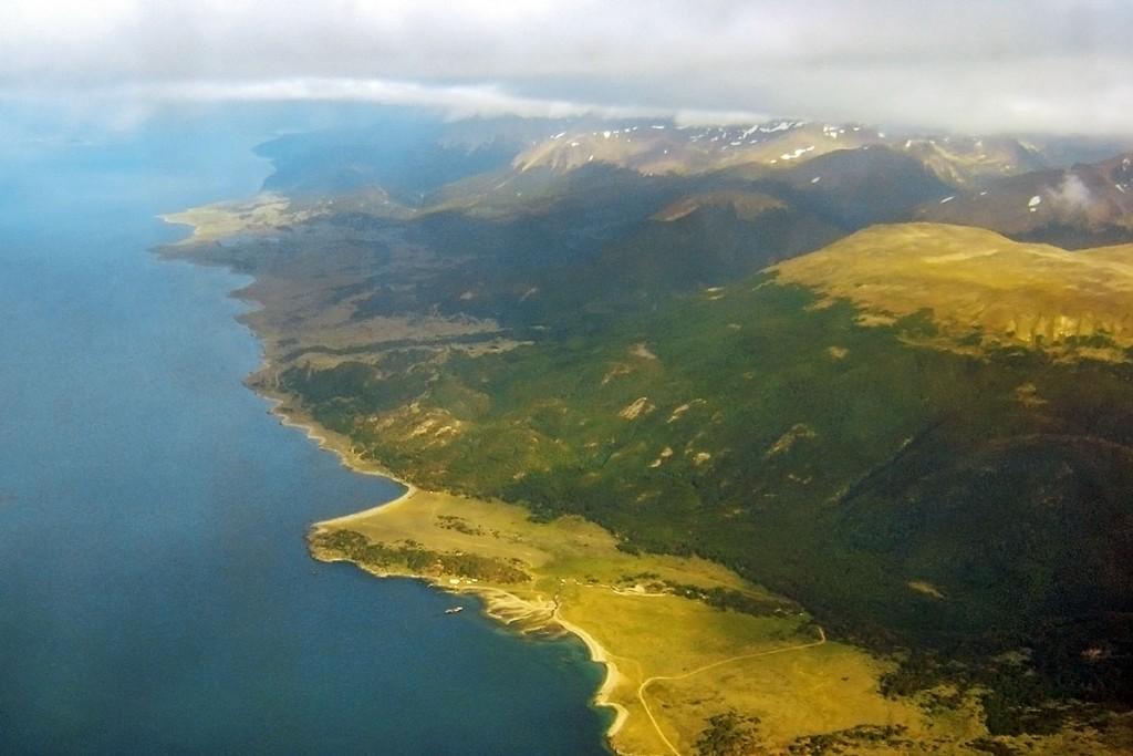 Vista aérea da linha de costa em Ushuaia, Argentina.