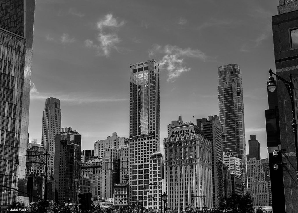 Vários arranha-céus no centro de Nova Iorque.
