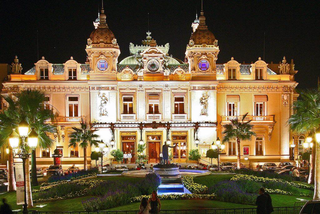 Casino Real de Monte Carlo iluminado à noite.