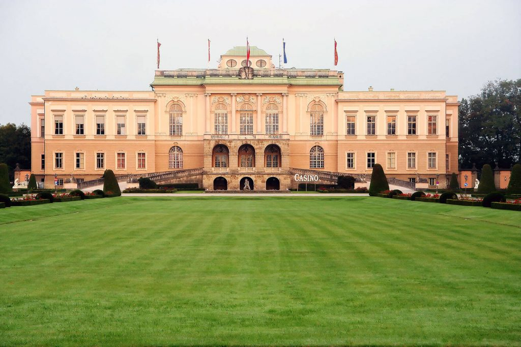 Edificio do casino Schloss Klessheim, com grande campo relvado, em Salzburgo