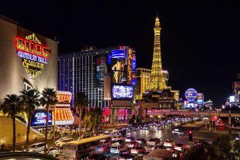 Avenida com Torre Eiffel na cidades de Las Vegas