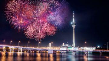 Fogo-de-artifício junto à Torre de Macau, Ponde da Amizade e Lago Nam Vai.
