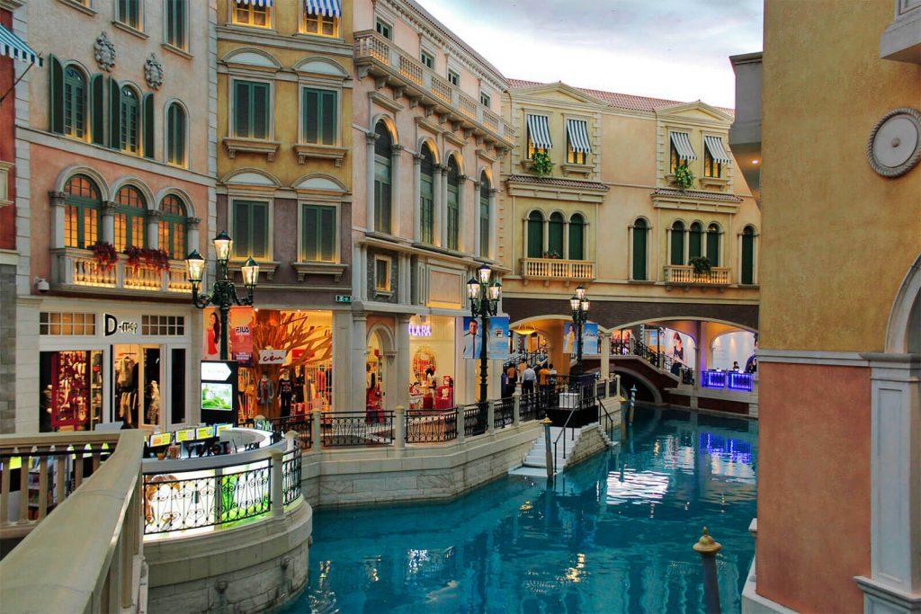 Canais e edifícios venezianos, na réplica construída pelo hotel-casino The Venetian Macau