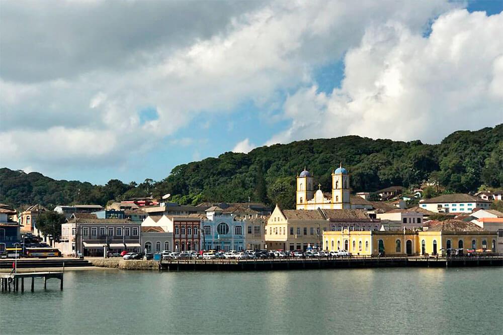 Casario colonial no centro histórico, visto do mar, em São Francisco do Sul, estado de Santa Catarina.