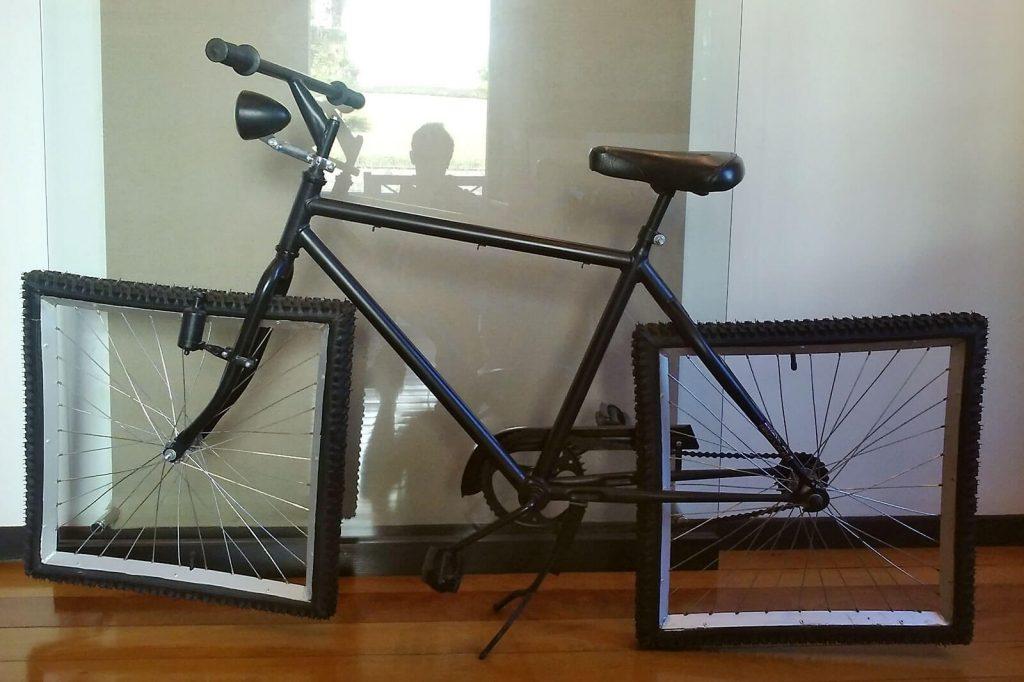Bicicleta com rodas quadradas no Instituto Juarez Machado