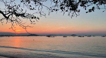Pôr-do-sol numa praia de Penha, Estado de Santa Cararina, no Brasil.