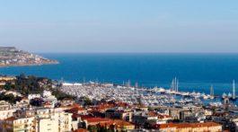 Panorama de São Remo, em Itália, com vista de casario, marina e mar da Ligúria.