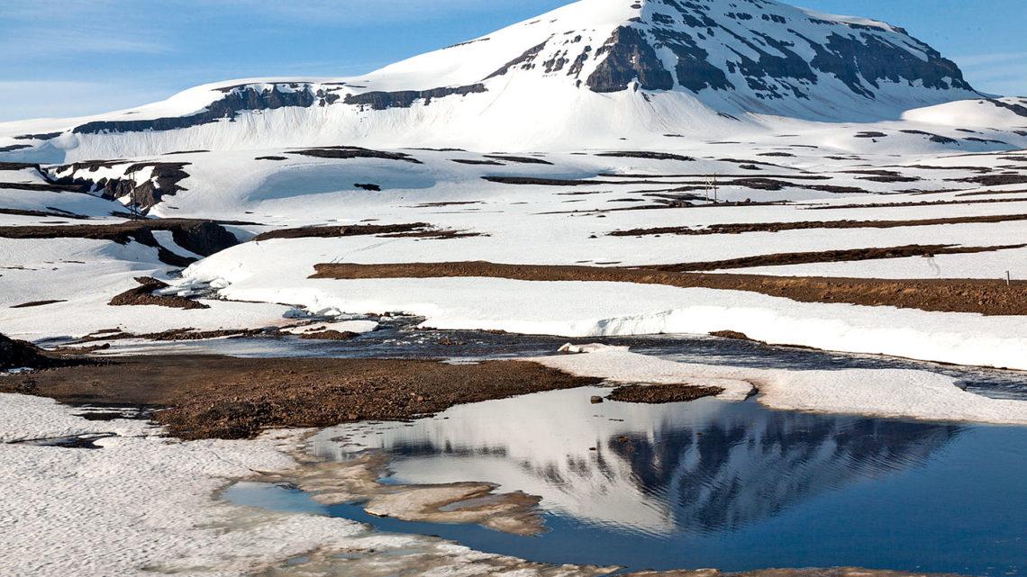 Montanhas geladas com neve na Islândia