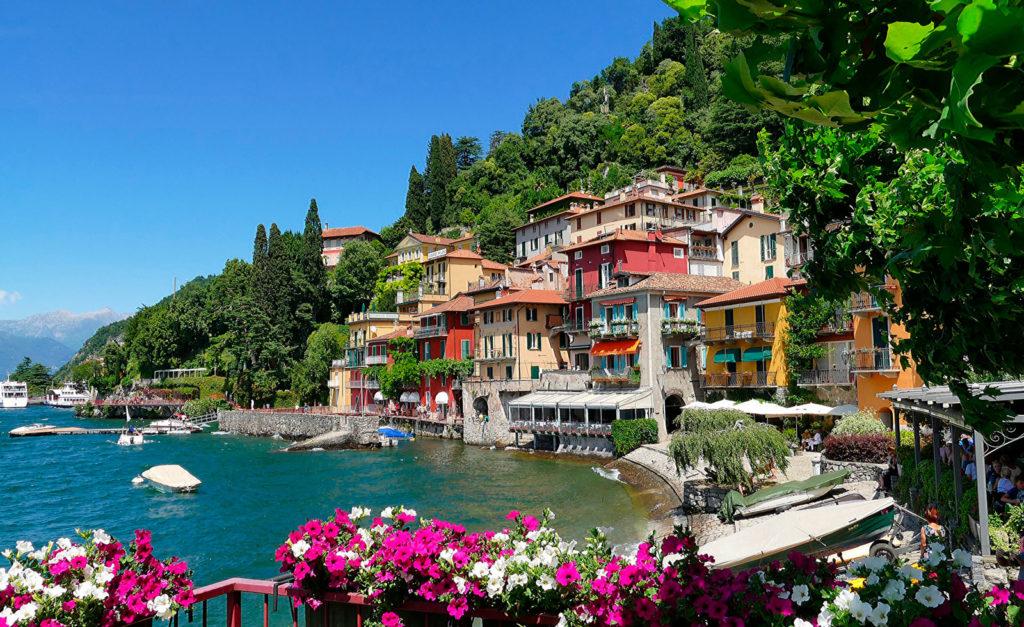 Casas coloridas junto a praia florida no Lago Como