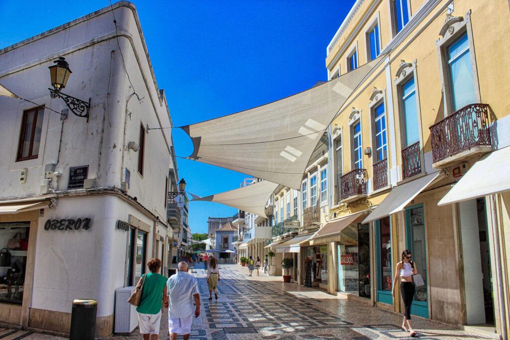 Rua comercial na cidade de Faro, Algarve