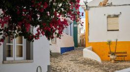Casario antigo em rua da Vila de Ferragudo, Algarve, Portugal