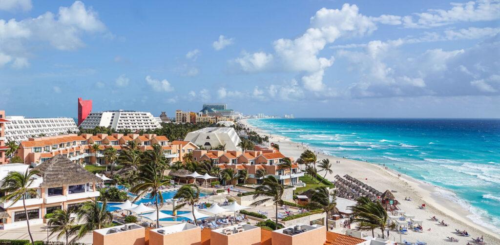 Hoteis junto à praia em Cancun, México