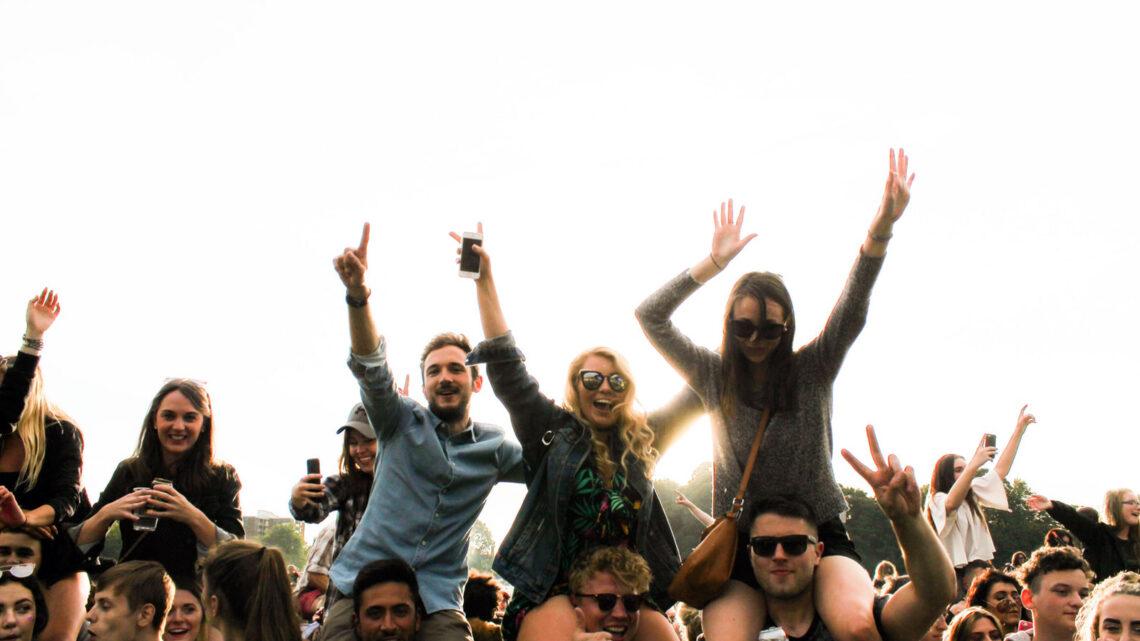 Jovens a festejar no Sefton Park, em Liverpool, Inglaterra