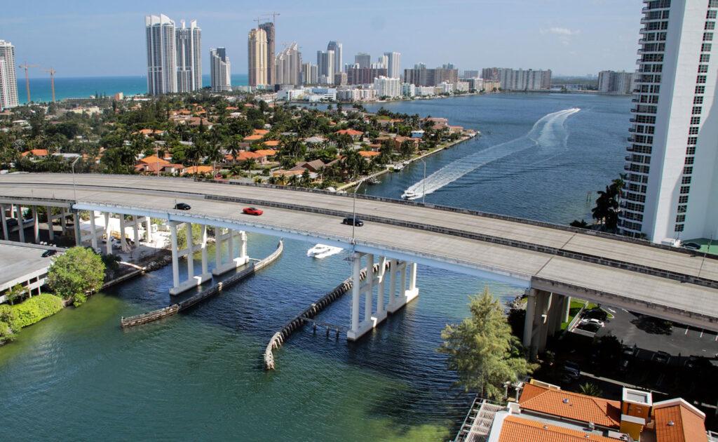Ponte sobre um canal, com vista para o Skyline de Miami Beach